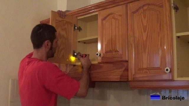 retirando las puertas de la cocina para pintarlas de forma correcta