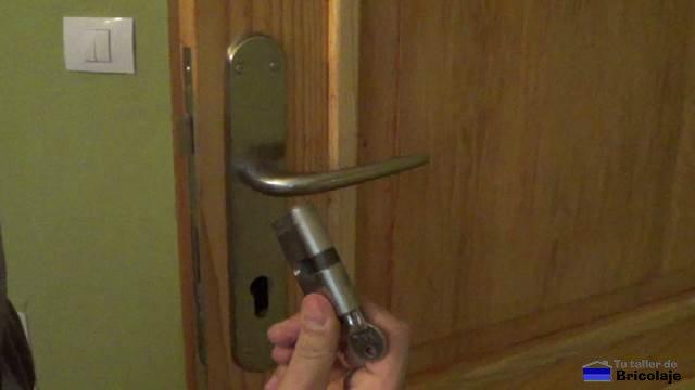 C mo cambiar el cilindro o bomb n de una puerta for Como cambiar las puertas de casa