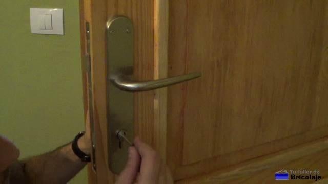 insertando la llave en el cilindro para ayudarnos a sacar el cilindro o bombín