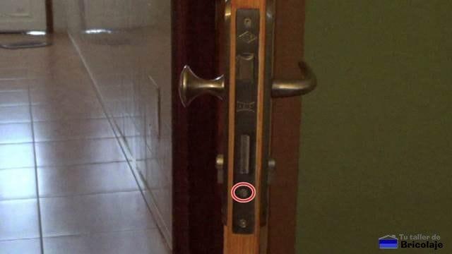 tornillo del cilindro o bombín de una cerradura