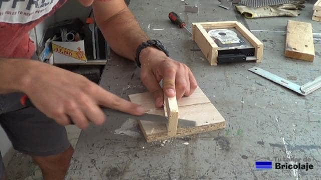 repasando las zonas de la madera que hemos perforado con la broca de cazoleta