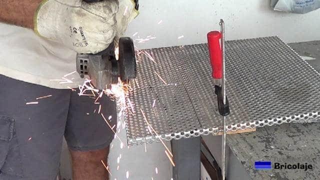 cortando la chapa perforada