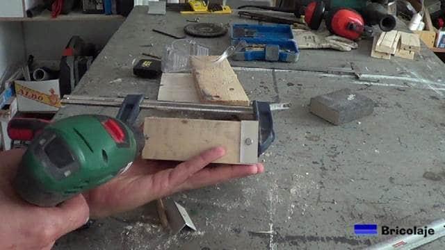 marcando el lugar donde perforar para sujetar los ángulos y las partes de madera que forman la carcasa