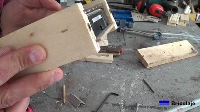 vista lateral de las tuercas de embutir en la madera