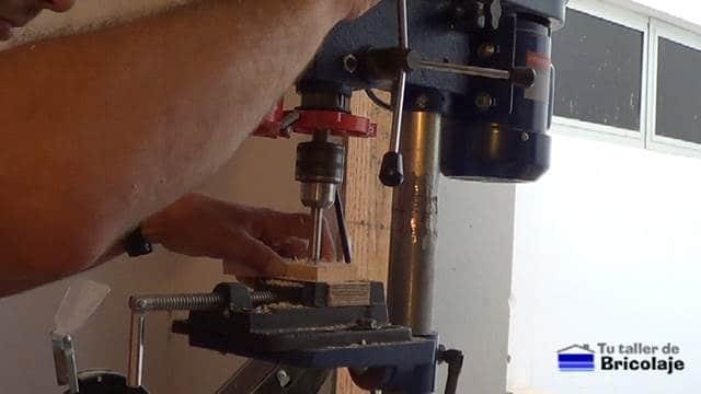 vaciando la madera con broca de cazoleta para poder sacar el adaptador sata a usb