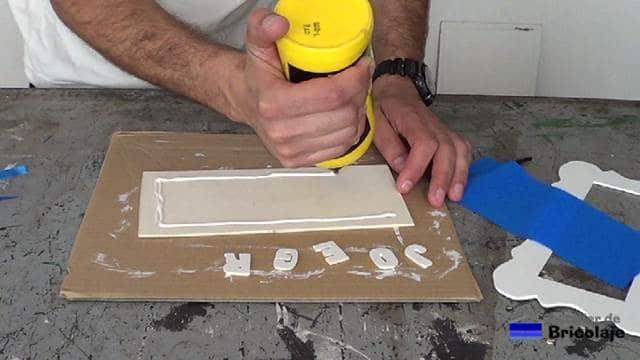 encolando la madera de marquetería