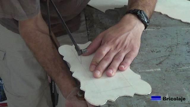 cortando el interior del marco de marquetería para hacer el cartel