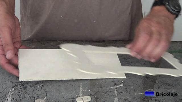 presentando el marco sobre la base en madera de marquetería