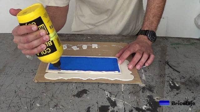 encolando la madera para pegar el marco de marquetería