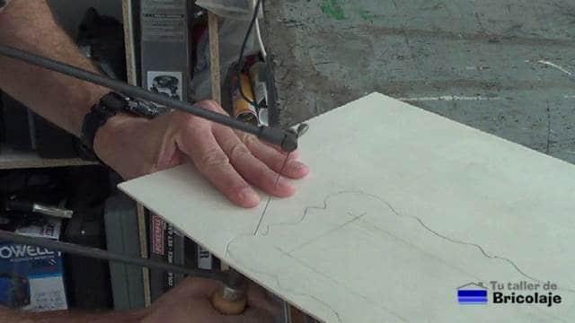 cortando la madera de marquetería con el arco sierra