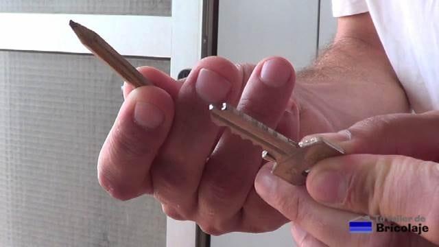 usando el grafito de un lápiz para ahuyentar el polvo
