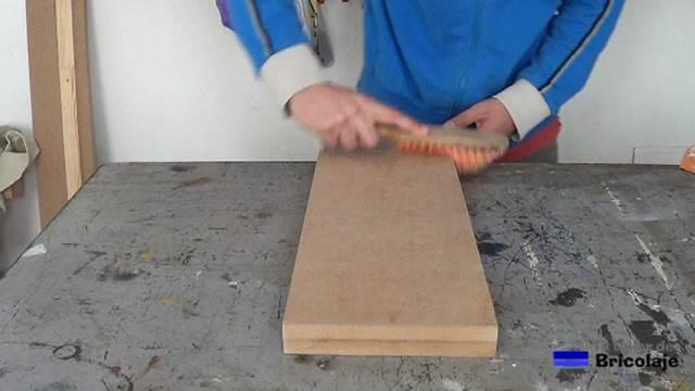 limpiando la madera del polvillo generado por el proceso de lijado.  limpiando la madera del polvillo generado por el proceso de lijado 2847707dab3a