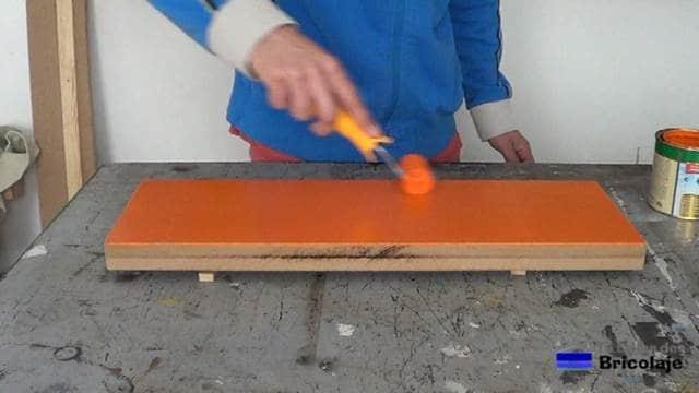 decorando la balda, repisa o estante con pintura brillante al agua