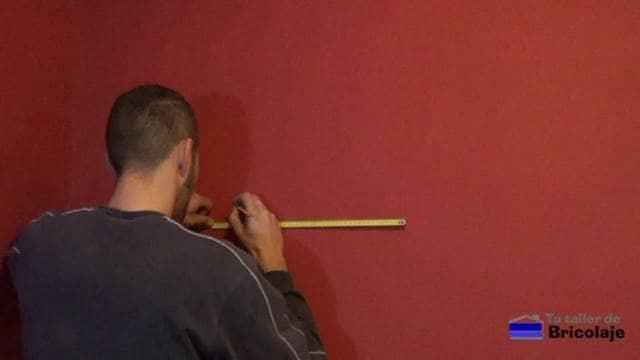 marcando el lugar donde instalar la balda, estante o repisa flotante
