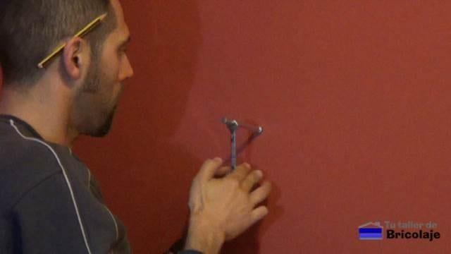 colocando los soporte ocultos para posteriormente colocar la balda, estantería o repisa