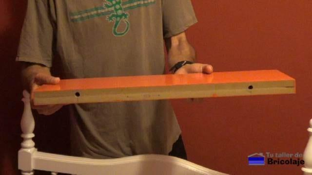 trasera de la balda, estantería o repisa preparada para instalarla como flotante