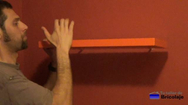 insertando la balda, estantería o repisa en los soportes ocultos