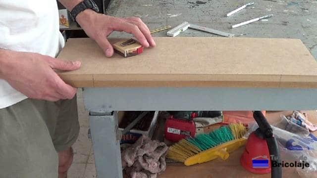 marcas realizadas para perforar el lugar en la balda, estante o repisa donde colocar los soportes ocutos