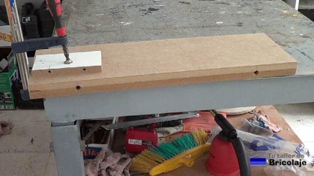 agujeros abiertos en la balda, estantería o repisa para convertirla en flotante