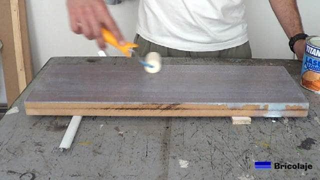 aplicando tapaporos al agua con el rodillo de espuma