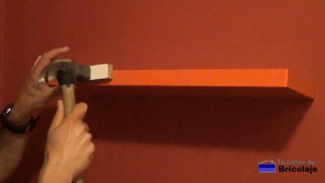 insertando la balda, estantería o repisa en los soportes ocultos con golpes suaves y secos