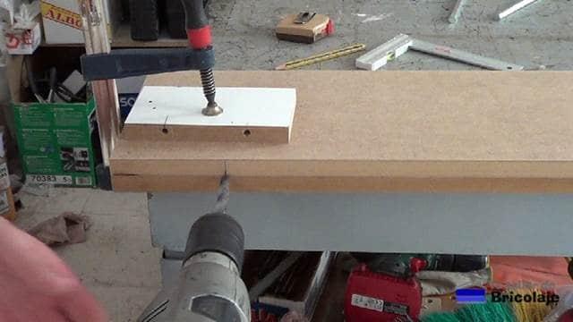 perforando con broca de madera para sujetar la balda, estantería o repisa con los soportes ocultos