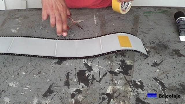 pegando la cinta de doble cara en la trasera del objeto a pegar
