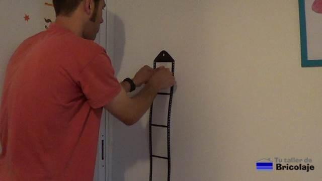 presionando sobre el objeto a pegar, en la zona donde tenemos la cinta de doble cara