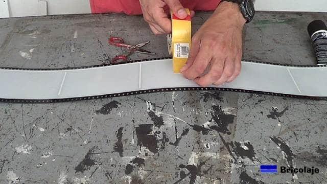 pegando la cinta de doble cara en distintos puntos del objeto a sujetar en la pared