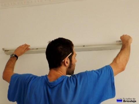 colocando el fluorescente al soporte