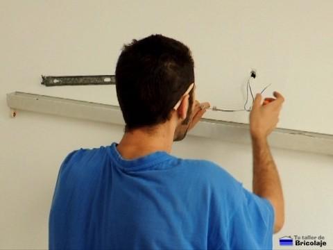 conectando los cables de alimentación al fluorescente