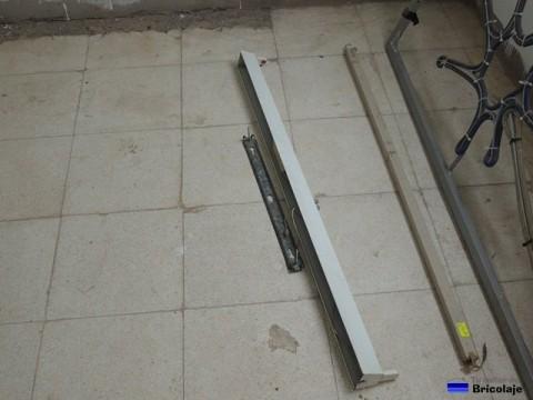 separando el soporte interno del fluorescente para instalarlo en la pared