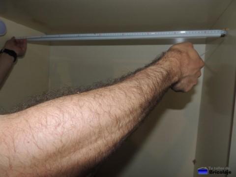 medir el ancho del armario para cortar el tubo metálico que hará de perchero