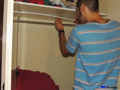 tomando medida para colocar el soporte en el centro del armario