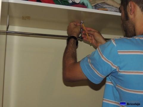 marcando el lugar donde abrir los agüjeros para colocar el soporte