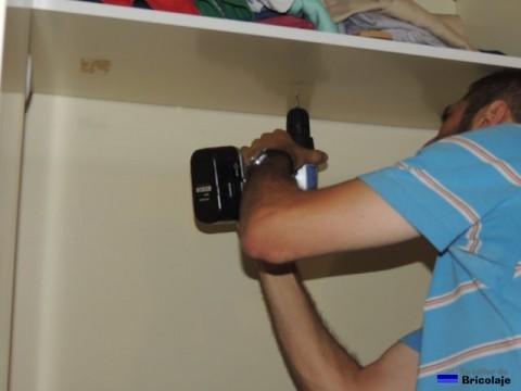 abriendo el agüjero donde colocar el tubo con la ayuda del atornillador eléctrico