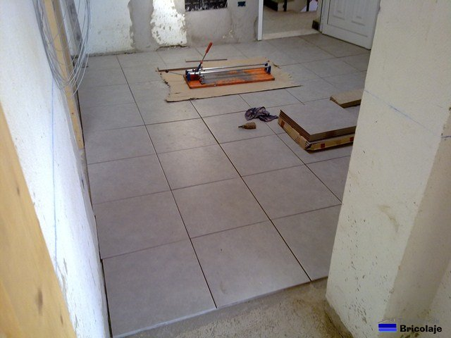C mo colocar plaquetas o alicatar el suelo - Como poner baldosas en el piso ...