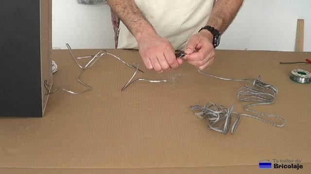 pelando la punta del cable de audio con un cortacables