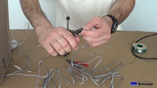 pelando las puntas del cable de audio