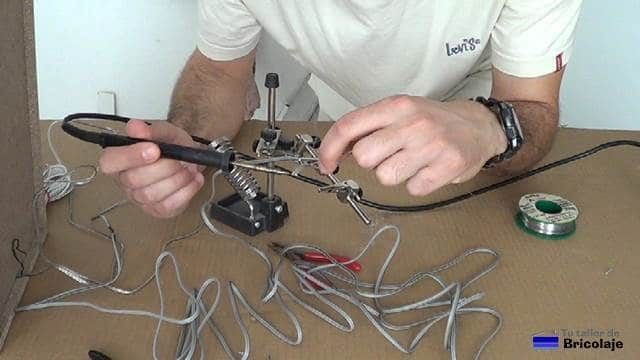 soldando el cable de audio para unirlo y poder alargarlo o prolongarlo