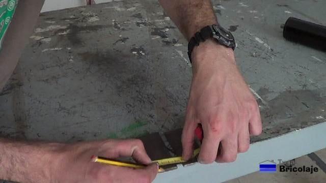trazando el lugar donde perforar las pletinas de hierro