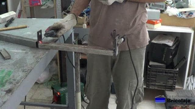 soldamos dos trozos de pletina en los laterales del cuadradillo de apoyo