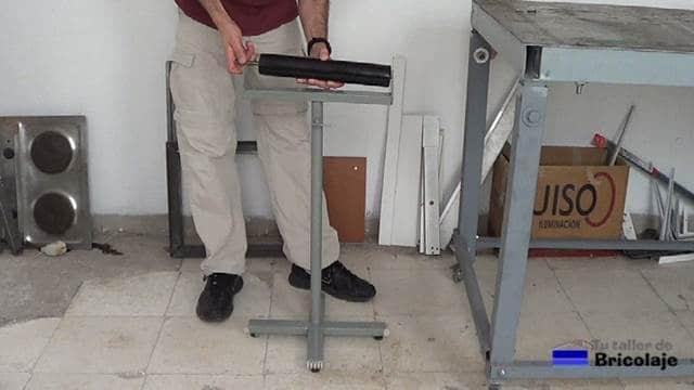 montando el caballete de apoyo regulable en altura con rodillo