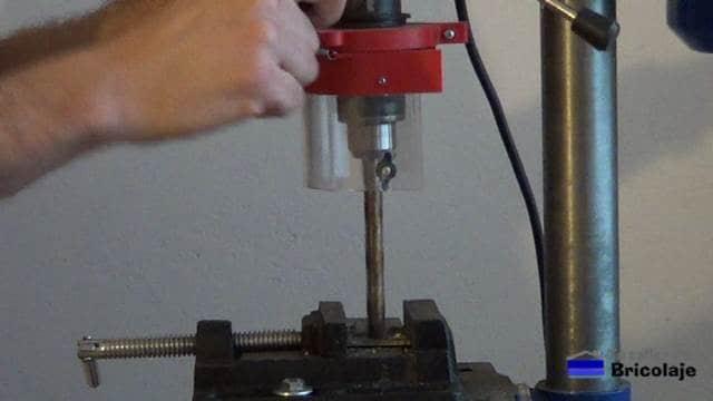 perforando las pletinas de hierro para insertar el hierro que sujetará el rodillo
