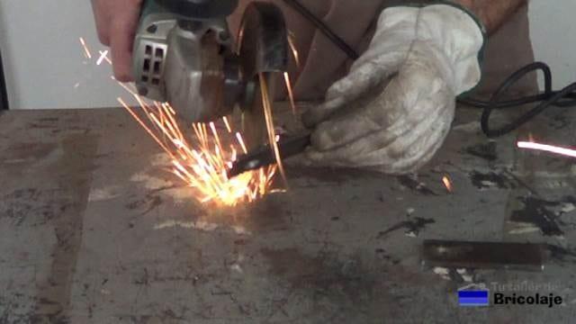 retirando las rebabas generadas por el corte y taladro