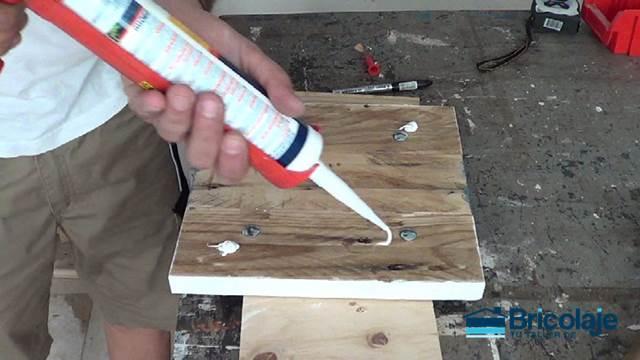 aplicando el pegamento extra fuerte para sujetar el reloj de palet