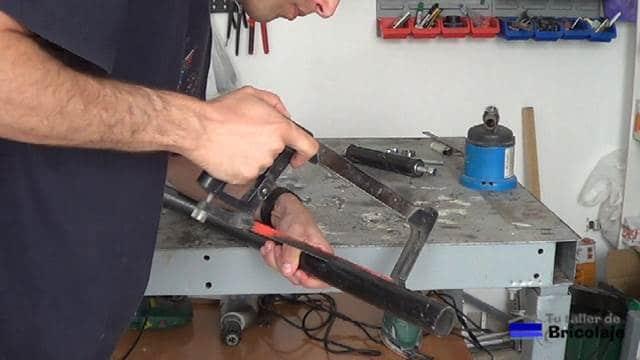 cortando el tubo con una sierra