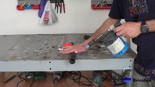 calentando el extremo del tubo con soplete
