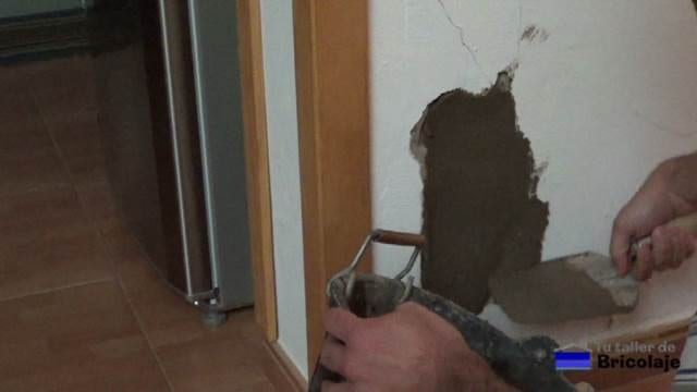 retirando el exceso de cemento