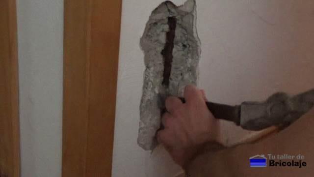descubriendo el hierro oxidado que ha generado la grieta